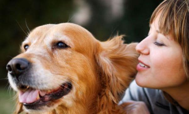 Dueña junto a su perro adoptado