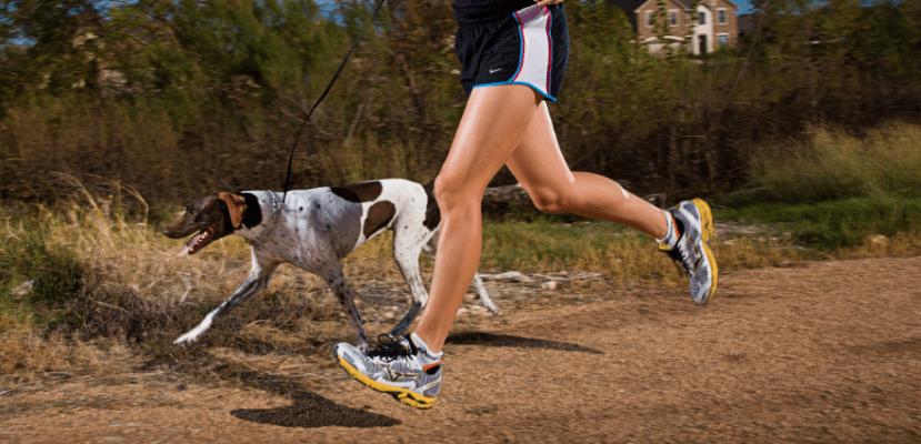 Hombre corriendo junto a su perro.
