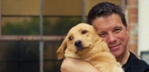 Hombre abrazando a su perro.