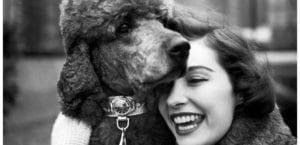Mujer con un perro, en una fotografía de Elliot Erwitt.