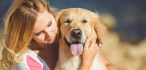 Mujer abrazando a su perro.