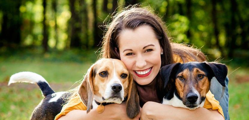Mujer con dos perros.
