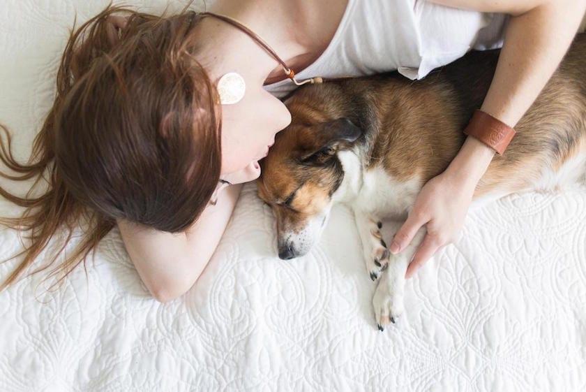 mujer_duerme_perro