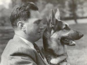 Buddy, la primera perra-guía con su propietario Frank Morris