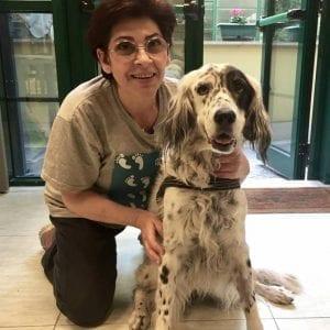 Mujer italiana con su perro enfermo