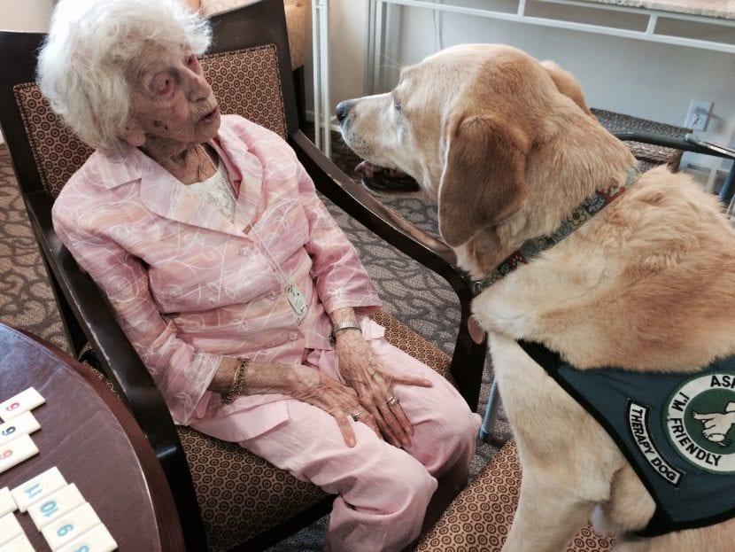Anciana con un perro