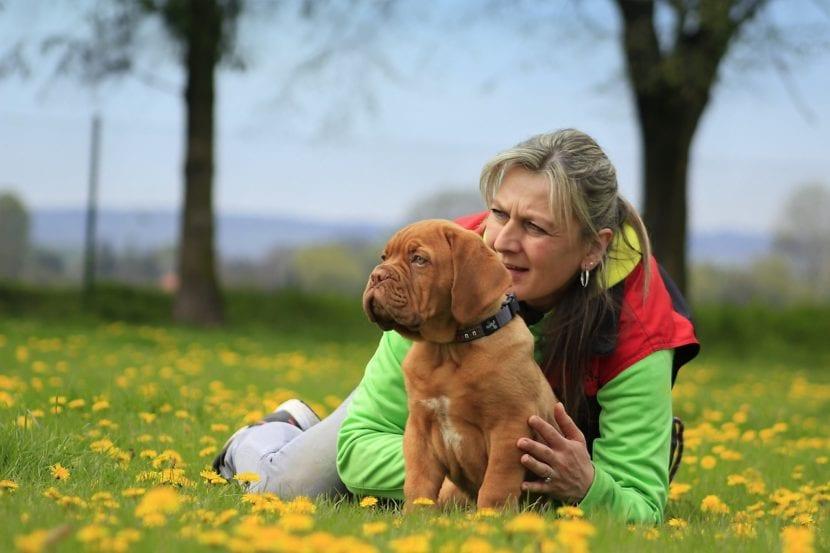 Mujer y cachorro