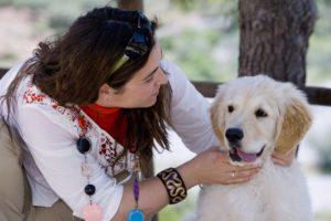 mujer con cachorro de perro en parque