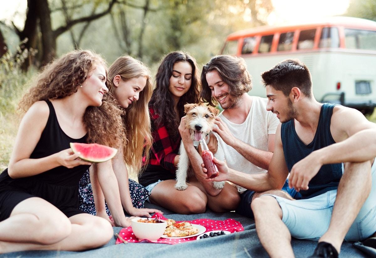 personas dandole de comer a un perro