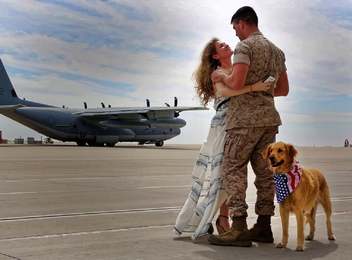 perro al lado de pareja que se esta despidiendo